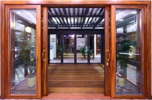 Cửa gỗ với kính cường lực được nhiều gia đình lựa chọn phổ biến tại nhiều công trình xây dựng